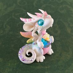 Pastel Rainbow Dragon Sculpture by Dragons and Beasties Polymer Clay Kunst, Polymer Clay Dragon, Polymer Clay Kawaii, Polymer Clay Figures, Polymer Clay Animals, Polymer Clay Projects, Polymer Clay Creations, Diy Fimo, Crea Fimo