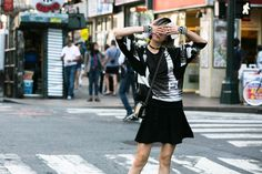 Street style: estampas injetam frescor aos looks pelas ruas na NYFW - Vogue | Streetstyle