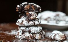 Six Ingredient Chocolate Fudge Crinkles (adapted from Bakerita) 1 cups chocolate chips (dairy-free if you want), divided 3 large egg whites, room temperature 2 cups powdered sugar, divided cup unsweetened cocoa powder 1 tablespoon cornstarch teaspoon salt Fudge Cookies, Chocolate Crinkle Cookies, Chocolate Crinkles, Chocolate Fudge, Chocolate Covered, Chocolate Chips, Sugar Cookies, Flourless Chocolate, Chip Cookies