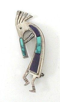 Navajo kokopelli inlay pin.      Kokopelli a plus de 3000 ans. C'est un personnage mythique souvent représenté comme un joueur de flûte bossu, issu des anciennes croyances amérindiennes du Sud-Ouest des États-Unis. Symbole de fertilité, de joie, de fête, de longue vie. C'est aussi un ménestrel, un esprit de la musique etc.