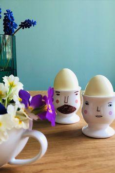 Die lustigen Eierbecher von Donna Wilson bringen auch den grössten Morgenmuffel zum Lächeln. Egg Cups