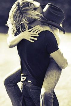 Cute couple / engagement picture | Embrace | Country | Outside, spring / summer session | Couples / engagements photography | Picture idea | (Faith Hill and Tim McGraw)