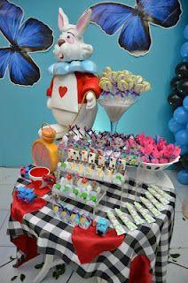 LOVE the table cloth!   aliceinwonderland.boutiquefestas.com