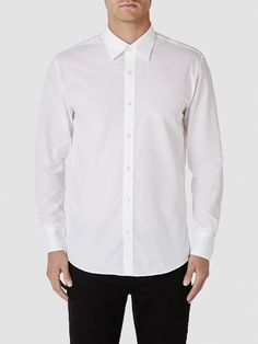 Identity SELECTED Homme - Slim fit - 100 % Baumwolle - Schmaler Fächerkragen - Knopfblende - Klassisches Kleid-Shirt. Das Model ist 189 cm und trägt Größe L.  Dieses leichte und klassische Kleid-Shirt  ist in jeder formellen Garderobe ein wichtiger Bestandteil. Der schmale Fächerkragen ist ein stylisches Statement. Styling-Tipp: Ein Hemd  wie dieses verlangt nach einem Blazer hoher Qualität und...