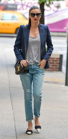 Come see how NOT to wear your boyfriend jeans, plus super examples of celebrities rocking them perfectly (like Miranda Kerr, with a t-shirt, navy blazer, and Louis Vuitton shoulder bag)