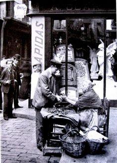 Oficios Desaparecidos: 1898 Castañera, detras una tienda de lápidas - La Barcelona de antes