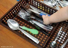 Montessori aktivita pro batolata - třídění příborů | Montessori toddler activity - sorting utensils #montessori #toddler #toddlerteaching #sortingutensils #batole #batoleciuceni #tridenipriboru