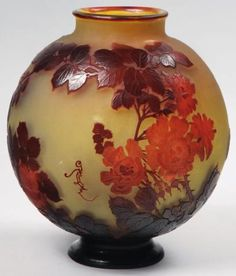 EMILE GALLE (1846-1904) Roses. VASE BOULE en verre multicouche à décor de