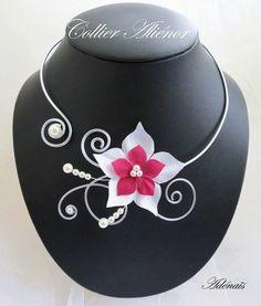 Collier Aliénor bordeaux et blanc, réalisé en fil aluminium argenté, SOUPLE, composé de perles nacrées blanches et de fleurs en satin blanche et bordeaux.  Envoi soigné, e - 6742377