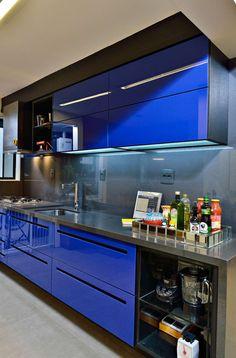 Navegue por fotos de Cozinhas modernas: Cozinha arrojada e moderna em Salvador. Veja fotos com as melhores ideias e inspirações para criar uma casa perfeita.