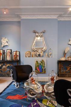 """Vincent Darré, Unter den Auktionshammer kommen die originellen Schuhskulpturen aus Kupfer von Yayoi Kusama (ab 3000 Euro). Auch das Gemälde Sandro Chias von 1999 und der extravagante Spiegel """"Fait Mur"""" von La Maison Darré werden bei Piasa dargeboten. (Foto: Aurélien Mole)"""