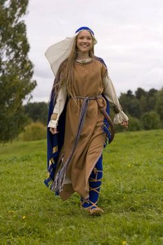 Archaeological reconstruction of a Lithuanian tribe female costume and headdress (I-IV century, Roman period). Author of the reconstruction - archaeologist PhD Daiva Steponavičienė, Vilnius, Lithuania. Photographer - Artūras Moisiejenko. Original site:  https://www.facebook.com/VitaAntiqua