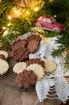 Kekse in Häkeldeckenoptik. Dieses und viele weitere Rezepte findet ihr auf unserer Website (Backen, Rezepte, Weihnachten, Advent, Kekse, Weihnachtskekse, Verzieren)