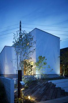 ありきたりでない、土間離れがある家 – D'S STYLE(ディーズスタイル) S Style, Facade, Entrance, Exterior, Garden, Plants, House, Spaces, Entryway