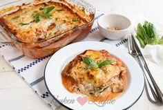Deze courgettelasagne met tomatensaus en ricotta maak ik graag in de zomer. Omdat ik in plaats van pastabladen plakken courgette gebruik is deze lasagne heerlijk licht en bevat hij een flinke dosis groente. De traditionele bechamelsaus vervang ik door ricotta die samen met de courgette een heerlijke match vormt! De courgetteplakken kun je op twee... Low Carb Recipes, Cooking Recipes, Healthy Recipes, Love Food, A Food, Healthy Diners, Great Recipes, Favorite Recipes, Easy Cooking