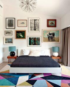 Sob a cama, o Américo (de lã pura, fabricado pela Carpet Diem) alia- -se ao pendente do tipo sputnik, um sucesso dos anos 1960, e aos quadros de animais, garimpados num antiquário.