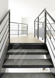 Photo DT91 - ESCA'DROIT® Balancé design adapté aux grand espaces type loft. Escalier d'intérieur balancé avec volée droite à l'arrivée installé dans une maison contemporaine. Marches caisson pour béton ciré ou résine pour un escalier acier silencieux. Limons en tôle roulée. Rampe contemporaine. Finition : acier brut patiné pour finition style industrielle. - © Photo : Léo DELAFONTAINE
