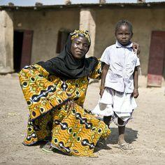 Met mama naar school? Een moeder die niet kan lezen en schrijven kan de ontwikkeling van haar kind niet bijhouden. Dan wordt het lastig om je kind te helpen bij bijvoorbeeld huiswerk maken. Moeders in Mali verliezen zo het contact met hun kind. Dit cadeau stelt moeders in staat om samen met kindlief naar school te gaan en zich op gelijke voet te ontwikkelen. Da's voor allebei beter! http://paktuit.oxfamnovib.nl/