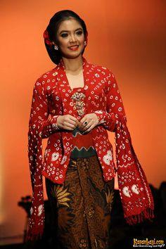 Kebaya Jumputan Koleksi Anne Avantie, Indonesia Sehati, IFW 2012, di Plenary Hall Jakarta Convention Center (26/02)