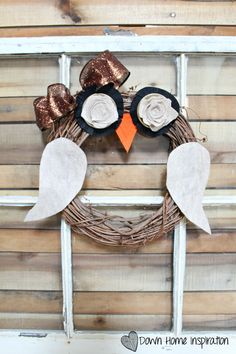 This super DIY owl wreath ist is super easy to make and perfect for fall!