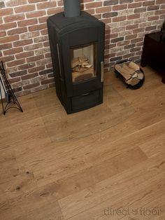 Kominek w rzadko spotykanej odsłonie + drewniana podłoga + ceglana ściana