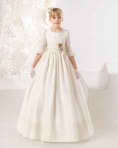Vestido comunión romántico de esterilla rústica, en color marfil.