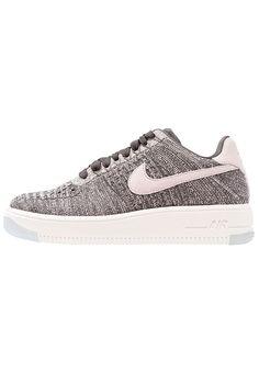 Schoenen Nike Sportswear AIR FORCE 1 FLYKNIT LOW - Sneakers laag - midnight fog/silt red/ivory/string Zwart: € 139,95 Bij Zalando (op 5-8-17). Gratis bezorging & retour, snelle levering en veilig betalen!