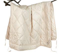 Sommerdecke Baumwolle --- Hohe Saugfähigkeit und relativ geringes Wärmevermögen der Baumwolle machen diese Decke  ideal für die wärmere Jahreszeit und für Menschen, die leicht ins Schwitzen kommen. Die Decke besteht aus pflanzlichen Fasern und ist waschbar. Bezug: 100 % hochwertiges Baumwoll-Inlett aus kontrolliert biologischem Anbau, 90 g/m² abgesteppt. Die Randnähte sind mit Schrägband sauber eingefasst. Füllung: 250 g/m2 GOTS kbA --- 140x200 cm | 124,00 EUR