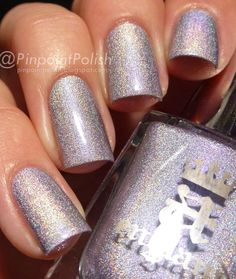 Měkký stříbrný holografický odstín nese levandulový nádech, ztělesňující půvab a eleganci primabaleríny. Lak na nehty z Anglie.