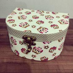 Mini maletas em cartonagem revestido com tecido 100% algodão. <br> <br>Medidas: 15.5 x 12cm x 8.5cm <br> <br>Prazo de confecção de 10 dias uteis. <br>Podemos personalizar conforme o gosto do cliente, como cores e estampas!