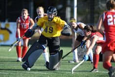 This field hockey guide will teach you a few goalie techniques on how to clear the ball using your kickers and your stick. Field Hockey Goalie, Hockey Drills, Hockey Players, Photo Checks, Lacrosse, Best Memories, Sports Women, Photo Sessions, Coaching