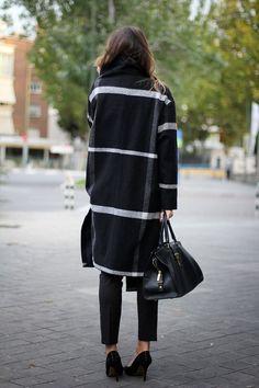 karierter Mantel, schwarze Hose, schwarze Tasche, schwarze Pumps // plaid coat, black pants, black bag, black pumps