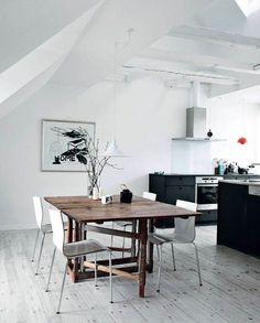 Øverst oppe under taget i en ejendom på Nørrebro har Morten indrettet sig med kig ud over kvarterets tage fra vinduer og altan. Lyset vælter ind gennem tagvinduerne og ned imellem de gamle hvidmalede tagbjælker, så alt virker let, lyst og fint.