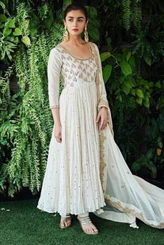 Alia Bhatt resplendent in a gorgeous white anarkali bridal outfit. Indian Look, Dress Indian Style, Indian Ethnic Wear, Ethnic Outfits, Ethnic Dress, Ethnic Suit, Indian Gowns Dresses, Pakistani Dresses, Pakistani Clothing