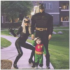 Batman, Robin & Cat Woman Family Costume Idea - Lots of inspiration, diy & makeup tutorials and all accessories you need to create your own DIY Family Costumes for Halloween. Create your own family-friendly Costume for Halloween Halloween 2018, Halloween Outfits, First Halloween, Disney Halloween, Halloween Costumes For Kids, Superhero Family Costumes, Family Costumes For 3, Halloween Costume Ideas For Couples, Couple Costume Ideas