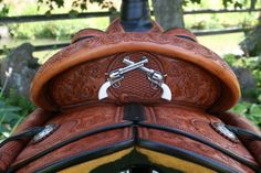 Crossed pistols back of western saddle Barrel Racing Saddles, Barrel Saddle, Horse Saddles, Horse Gear, My Horse, Horse Love, Western Horse Tack, Western Saddles, Westerns