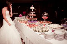 Cada día las novias se deciden más por una mesa de postres y dulces en vez del tradicional ponqué. Una mesa de postres puede ayudar a decorar el lugar y brin