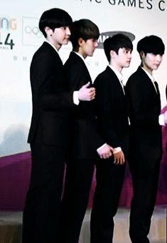 #EXO Sehun reminding Kyungsoo to do their pose x)