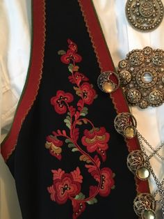 Folk Costume, Steam Punk, Machine Embroidery, Ideias Fashion, Embroidery Designs, Diy And Crafts, Vest, Brooch, Style Inspiration
