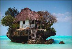 http://pbs.twimg.com/media/BLd7wGeCAAEXPcj.jpg 【タンザニア】The Rock Zanzibar。旅行マニアの間で話題を集めている海上レストラン。アフリカ東海岸のインド洋上に浮かぶザンジバル諸島にあります。海岸沿いの岩の上に建設されており、潮の満ち引きによっては、船で行くことも。