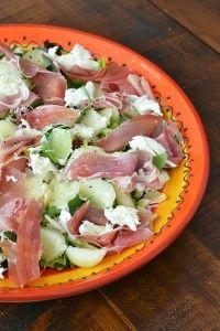 maaltijdsalade met ham en meloen. pakje serranoham1 bol mozzarella1 zakje rucola½ rijpe galiameloenolijfoliebalsamico-azijnpeper en zout
