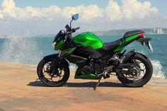 A Kawasaki Z300 é uma moto utilitária, polivalente, de iniciação, com potencial para satisfazer uma alargada faixa de motociclistas. Andámos com ela durante um mês. Fizemos mais de 1.000 km aos seus comandos.Fique a saber o que ela pode fazer por si!