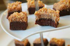 Seige browniebiter toppet med deilig karamellkrem...
