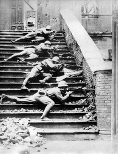 閘北 Japanese soldiers fighting in Shanghai, 1937