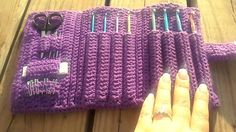 This case has 8 pockets, space for all yor crochet needs and a beautiful c3ltic weave front.It os a tri-fold style case and is closed with a hook& loop.
