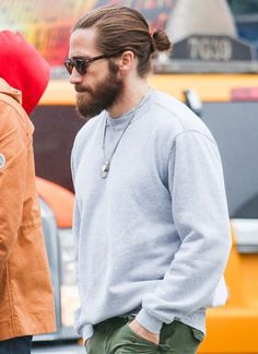 The hottest man buns: Jake Gyllenhaal. Man Bun Hairstyles, Celebrity Hairstyles, Trendy Hairstyles, Fashion Hairstyles, Beach Hairstyles, Men's Hairstyle, Wedding Hairstyles, Jake Gyllenhaal Haircut, Jake Gyllenhaal Body