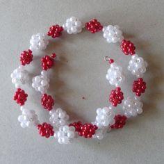 Ezek is kockák. Ornament Wreath, Ornaments, Right Angle Weave, Fuzz, Christmas Wreaths, Weaving, Holiday Decor, Crafts, Home Decor