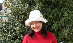Cappello da donna bianco con fiore decorativo in di BIELLESTYLE