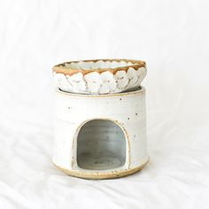 Ceramic oil burner handmade by Jade Thorsen from pépite