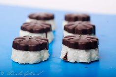 Zelfgemaakte bounty bonbon met siliconenmal van de Action. Maar ook zonder te maken als balletjes! Heel lekker.